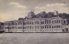 Fındıklı Çifte Saraylar, Sultan Abdülmecit tarafından, kızları Cemile Sultan ve Münire Sultan'ın adına 1856-1859 yıllarında mimar Garabet Amira Balyan'a yaptırıldı.