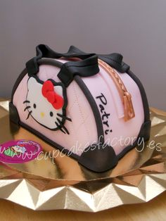 BOLSO HELLO KITTY Fancy Birthday Cakes, Hello Kitty Handbags, Hello Kitty Cake, Cupcakes, Desserts, Food, Cakes With Fondant, Birthday Cakes, Pretty People