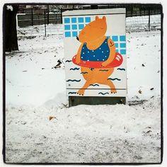 #cool brrrrrrrr #streetart #bear 🐻 #graffiti #urbanart at #Kallio #electricbox #snow #katutaidetta #Helsinki #katutaide #nalle 🐻 #Helen #sähkökaappi #sähkökaappitaide #kraffiti #art #taide #landscape escape #winter