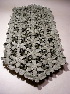 Origami Tessellations are crazy things. I can only wonder how big the piece of… Origami Paper Art, Origami Art, Paper Crafts, Origami Flowers Tutorial, Flower Tutorial, Paper Folding Techniques, Tesselations, Paper Architecture, Paper Birds