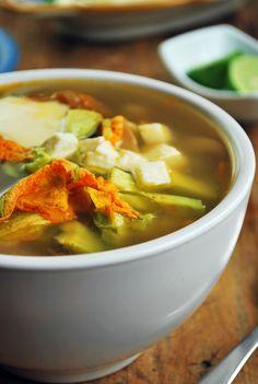 Esta sopa de flor de calabaza es una comida completa repleta de deliciosas verduras que conviven en perfecta armonía a las cuales agregándoles un poco de queso, crema, aguacate y unas gotas de limón se convierten en un festín para los sentidos.