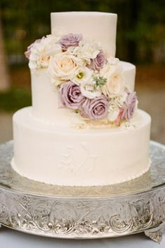 What a beautifully classic wedding cake! #brisbaneweddingstylist #brisbaneweddingplanner