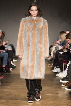 Stand Stockholm Fall 2018 Fashion Show Collection: See the complete Stand Stockholm Fall 2018 collection. Look 10 Tokyo Fashion, Fur Fashion, Seoul, Ukraine, Stockholm, Istanbul, New Mods, Autumn Fashion 2018, Vogue Russia