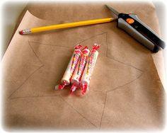 作り方は簡単!ラッピングしたいものよりも少し大きめのサイズでクラフト紙を2枚カットしたら、2枚重ねた状態で、周りをミシンで縫っていきます。プレゼントを入れる部分だけ縫わずに開けておいて、ものを入れてから口をしっかり縫い閉じれば完成です。 開封するときに破くのも面白いので、お子さん向けのプレゼントにもおすすめです。