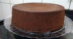 O Pão de Ló de Chocolate de Liquidificador é prático, delicioso e macio. Recheie e cubra como você desejar e prepare-se para os elogios! Veja Também: Pão d