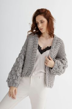 This knitting cardigan pattern is a fresh, short-line silhouette, ideal for an all-day outfit. #bombercardiganknit #chunkyknitcardiganpattern #chunkycardigan #cardiganknittingpattern #chunkyknitcardigan #chunkycardiganknittingpattern #knitcardiganpattern #chunkycardiganpattern #cardiganpattern#bomberpattern #knitbomber #cardiganknittingpatternsforwomen #chunkyknitsweaterpattern #knittingcardiganpattern #cardiganknittingpatternwomen #oversizecardiganknittingpattern Chunky Cardigan, Cropped Cardigan, Knit Cardigan, Easy Knitting Patterns, Knitting Designs, Thick Yarn, Cardigan Pattern, Silhouettes, Knitwear