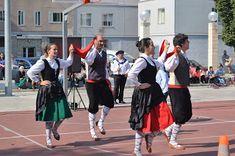 cosasdeantonio: Fiestas en Echavacoiz Año 2017 - Dantzaris (2) Basketball Court, Sports, Dresses, Fashion, October, Fiestas, Hs Sports, Vestidos, Moda