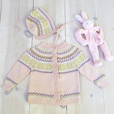 Ei nydelig lita Nancykofte med kyse Denne har Nora Christine fått i gave fra sin snille bestemor, kofteeksperten @gerdberthe De aller beste gavene er hjemmestrikk, vi ble utrolig gla for denne og gleder oss til å bruke den masse!! #nancykofte #nancytilbarn #koftestrikk #kofte #tradisjonsstrikk #lanett #strikktilbaby #babystrikk #knittingaddict #knitstagram #instaknit #strikkedilla #barnestrikk #jentestrikk #stricken #knitting #strikking #nyfødt #nyfødtstrikk