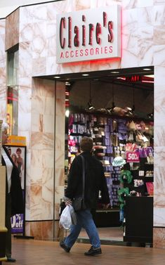 13 Essential Mall Stores That Girls Shopped. Great stores, a few I still shop at. Love The 90s, Back In The 90s, Hip Hop Outfits, 90s Childhood, Childhood Memories, Mall Stores, Claire's Accessories, 90s Girl, 90s Nostalgia