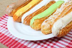 Аппетитные эклеры — французское лакомство, которое под силу приготовить и дома. В обзоре — секреты и тонкости приготовления по-настоящему вкусных, мягких и хрустящих пирожных.