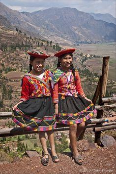 Jovens meninas em roupas tradicionais no Peru. Ao fundo, o Vale Sagrado.  Fotografia: Alida Thorpe no Flickr.