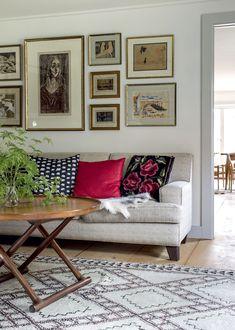 Kirjaston seinällä on grafiikkateosten kokoelma. Sohvan edessä on Mogens Lassenin suunnittelema egyptiläinen mahonkipöytä.