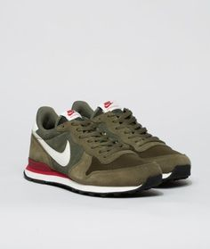 The Nike Internationalist Leather Men's Shoe has an iconic look inspired by retro Nike running styles, featuring a combination upper made of premium suede, EVA midsole, rubber waffle outsole and finished off with a leather swoosh and branded tongue and heel tab.