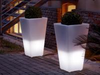 light Poliethylene modern flowers pot TerraForm - how to decorate open space in winter? Form Design, Planters Around Pool, Minimalist Design, Modern Design, Flower Pot People, Pot Jardin, Plant Box, Led Furniture, Pot Lights