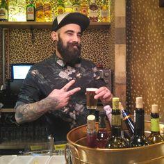 Bienvenidos al @Buena_Mandanga un bar de tapas y coctelería con una playa con arena auténtica en el n° 7 de la calle Contamina