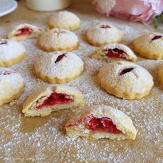 BISCOTTO CUORE DI FRAGOLA dolce ripieno Sweet Bakery, Macarons, Christmas Cookies, Pasta, Muffin, Strawberry, Pudding, Sweets, Cooking