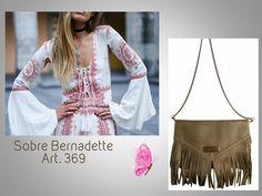 #Sobre + Flecos + Cadena desmontable #Sobre Aggiornado  #BERNADETTE Look 🌿 #SOBRE BERNADETTE.. (Nueva Versión!!!!!!!!) Art. 369  Precio......> $1005  Acá lo podés ver y comprar: http://www.mariapuyalcueros.com.ar/products/bernadette--3  CARACTERISTICAS:  SOBRE Tiene solapa de cuero y flecos de gamuza.  Medidas: Ancho: 31 cm. Alto: 20 cm.  Colores: Negro, suela, chocolate, azul, verde olive, y visón