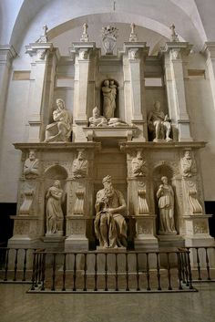 La basilica di San Pietro in Vincoli è un luogo di culto cattolico del centro storico di Roma, situato nel rione Monti, sul colle Oppio;[1] è anche detta basilica Eudossiana dal nome della fondatrice, Licinia Eudossia, ed è nota soprattutto per ospitare la tomba di Giulio II con il celebre Mosè di Michelangelo Buonarroti.https://it.wikipedia.org/wiki/Basilica_di_San_Pietro_in_Vincoli