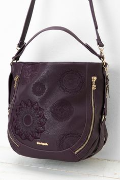 This is a faux-leather bag with etched mandala details all over the front part. It can hold your daily needs well organized in its 6 pockets (3 internal and 3 external ones).