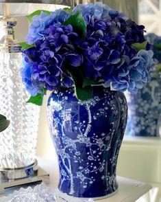 Beautiful Flower Arrangements, Blue Flowers, Beautiful Flowers, Hortensia Hydrangea, Blue Hydrangea, Hydrangeas, Arrangements Ikebana, Floral Arrangements, Blue And White Vase