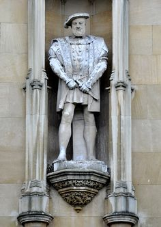 A statue of King Henry VIII on the facade of Kings College, Cambridge. Did he cause the bloody religious revolutions that would plague England? Or was it his time? Tudor History, European History, British History, Asian History, Los Tudor, Tudor Era, Rey Enrique Viii, Renaissance, Tudor Monarchs