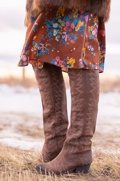 Pre Spring 2019 Trend Guide Bohemian Rhapsody: How to Style Midi Dresses for Transitional Spring Wea Western Outfits, Western Boots, Floral Midi Dress, Midi Dresses, Flat Brim Hat, Bohemian Look, Brown Floral, Spring Trends, Color Trends