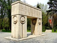 Constantin Brancusi - Poarta sarutului (The Gate of Kiss). Paris Video, Sculpture Art, Sculptures, Constantin Brancusi, Holiday Travel, Mother Earth, Architecture, Outdoor Decor, Modern