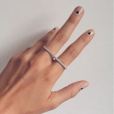 Toda adicta a la manicura que se precie no puede dejar pasar esta nueva tendencia. Colores sólidos, líneas rectas y una buena capa de esmalte son las claves de este concepto de manicura. #manos #manicura #uñas #pintauñas #lacadeuñas