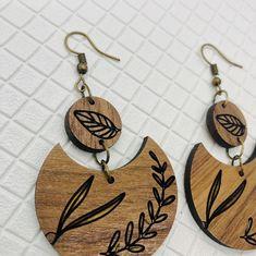 Wooden Earrings, Wooden Jewelry, Diy Earrings, Clay Jewelry, Earrings Handmade, Beaded Jewelry, Handmade Jewelry, Wood Burning Stencils, Wood Burning Art