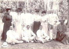http://photos1.blogger.com/blogger/3009/1731/1600/suriname1908kosmosgroep.0.jpg  Suriname begin 1900 Kosmosgroep 1908 Da Silva blogspot familiesite. Ik ben zo benieuwd wat de Kosmosgroep was? Mooie foto van de kleurlingen-elite in Suriname.
