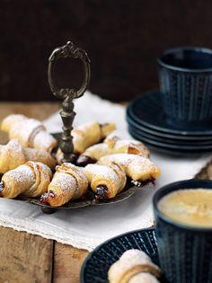 3 szklanki mąki pszennej     250g niesolonego masła*     200g kwaśnej śmietany (12 lub 18%)  Dodatkowo:      kilka łyżek marmolady, ulubionego dżemu lub innego smarowidła do nadziania     cukier puder do oprószenia (możecie też rogale polukrować, jeśli wolicie)     Wykonanie:  Mąkę wsyp do dużej miski. Dodaj pokrojone w drobną kosteczkę masło i przesiekaj lub rozetrzyj pomiędzy palcami, aż powstaną niewielkie grudki. Dodaj śmietanę i wyrób wszystko szybko, aż masa będzie jednoli...