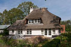 Klassieke witte villa met rieten kap in Ugchelen (Gelderland) - 01 Architecten - ontworpen door Dennis Kemper tijdens de periode dat hij bij EVE-architecten werkte.