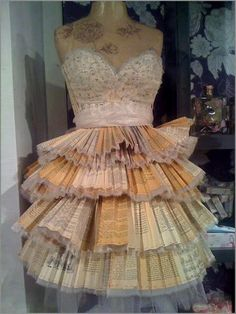 Jurk gemaakt van Harry Potter-boeken. http://www.paperdroids.com/2012/04/09/harry-potter_dress/