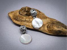 Boucles d'oreilles  en argent, serties de nacre de perle.  Bijou équitable fait à la main. Style jeune, sophistiqué et tendance.  Cadeau pour elle.