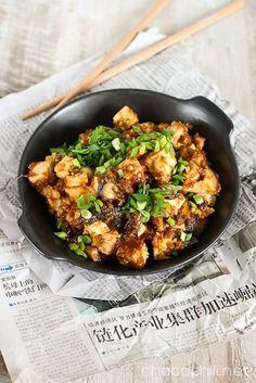 Hoisin tofu Kastike: 4 rkl vähäsuolaista soijakastiketta 1 rkl sokeritonta sileää maapähkinävoita 1 tl riisiviinietikkaa 1 rkl agavesiirappia (tai muuta juoksevaa makeuttajaa) 1 tl seesamiöljyä 2 tl chilikastiketta (esim. Sriracha) mustapippuria myllystä 1,5 rkl raastettua inkivääriä 1 valkosipulinkynsi silputtuna 1 tl maissitärkkelystä + 0,25 dl vettä Lisäksi: 270 g kiinteää tofua 100 g siitakesieniä 1 rkl rypsiöljyä 2 tl seesamiöljyä 2-3 kevätsipulia varsineen keitettyäriisiä
