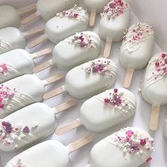 How cute are these cake popsicles! Brides and grooms you can do this as your wedding favor or have them apart of your wedding dessert table. Instead of getting a big cake, get a small one and use these little cake popsicles to serve. Cake Pops, Mini Cakes, Cupcake Cakes, Cupcakes, Paletas Chocolate, Magnum Paleta, Apple Smoothies, Savoury Cake, Chocolate Covered