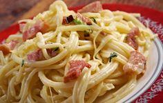 Gli spaghetti alla carbonara sono uno dei piatti più storici ma anche discussi del nostro Bel Paese, a cui infatti si attribuiscono differenti inventori. In ogni caso si tratta di un piatto molto corposo e gustoso, per un pranzo davvero completo. Si tratta poi di una ricetta davvero molto utile anche in casi di necessità, in quanto bastano davvero pochissimi ingredienti per preparare in pochi minuti un piatto buonissimo.