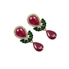 Brincos com base de metal (dourado), pedras na cor vermelho rubi e detalhes em strass. R$72,50.