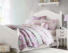 ensemble chambre enfant blanc au charme rétro, literie rose à motifs floraux