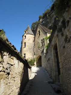 La Roque Gageac, Perigord, France.  A beautiful little town on the banks of the River Dordogne and built into the rocky hillside
