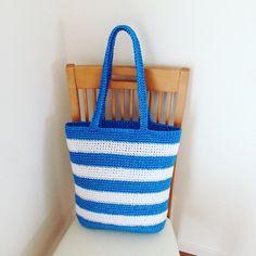 毎度お馴染み、今年もやってまいりました。ビニール紐で編んだバッグです。去年、息子と娘のプール用のバッグが無くてIKEAのショップバッグに突っ込んで持たせた酷い母(笑)今年こそはちゃんと作ってあげようと思いつつ、プール開き直前の今まだ作っていなかったので急いで仕上げました。それではいってみよー!まずは底の部分。去年までは丸底中心でしたが、今年は楕円底でいきます。なんの考えもなしに編み始めてしまったので、とりあえずゲージを出すために適当に編んでみました。久しぶり過ぎて編み目がガタガタ。ゲージを出して全部解いてリスタート。2回目にしてようやく感覚が戻ってきて編み目が揃ってきました。底が編み上がったら増し目無しで側面を編んでいきます。ボーダーにしようかなとボンヤリ思っていたので。ピンボーダーにチャレンジ。しかし色変えが...ビニール紐のバッグ、2016。