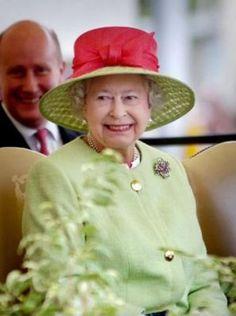 шляпки королевы - Поиск в Google English Royal Family, English Manor, English Royalty, Princess Elizabeth, Queen Elizabeth Ii, Queen Hat, Elisabeth Ii, Royal Queen, Duchess Of York