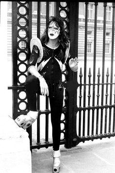 Ace Frehley no Palácio de Buckingham - Londres, Inglaterra, maio de 1976   Fotógrafo: Fin Costello