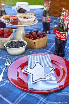 Fourth of July is coming up...find some DIY party decorations and place setting ideas#diy #howto #doityourself #livingwikii #diyrefashion #ideas #partymostess #tricks #home #tips