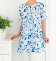 切り替え下にタックを入れて、胸まわりにゆとりを加えたデザインです。 布地は、夏らしくて爽やかな綿のカットドビー。