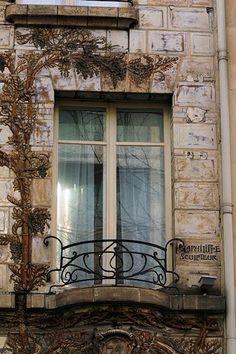 L'Hôtel Elysées Céramic est situé au 34, avenue Wagram, à Paris. Façade Art Nouveau primée en céramique, oeuvre de l'architecte Jules Aimé Lavirotte (1904) : https://fr.wikipedia.org/wiki/C%C3%A9ramic_H%C3%B4tel  http://ceramic-paris-hotel.com/fr/