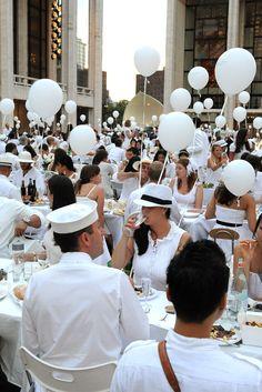 Dîner en Blanc Returns to New York Dinner Party Decorations, Christmas Party Themes, Dinner Themes, White Dinner, White Hen, All White Party, Gala Dinner, White Gardens, Park Weddings