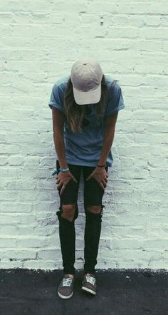 Ripped black jeans light blue t shirt baseball cap hat slip on sneakers casual fall outfit school outfit The post Ripped black jeans light blue t shirt baseball cap hat slip on sneakers casu appeared Lesbian Outfits, Gay Outfit, Outfit Jeans, Black Jeans Outfit Casual, Tomboy Mode, Tomboy Chic, Tomboy Style, Boyish Style, Androgynous Fashion