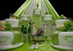 Riesige Hochzeitstorte im XXL-Format mit 7 Etageren in Grün und Weiß. Das Ganze sieht wie ein Märchenschloss aus. © chris74 - Fotolia #hochzeitstorte #grün #weddingcake