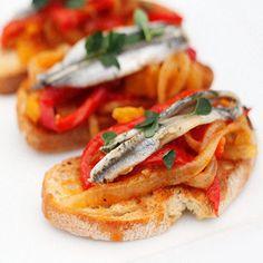 Bruschette con peperoni arrostiti e alici marinate